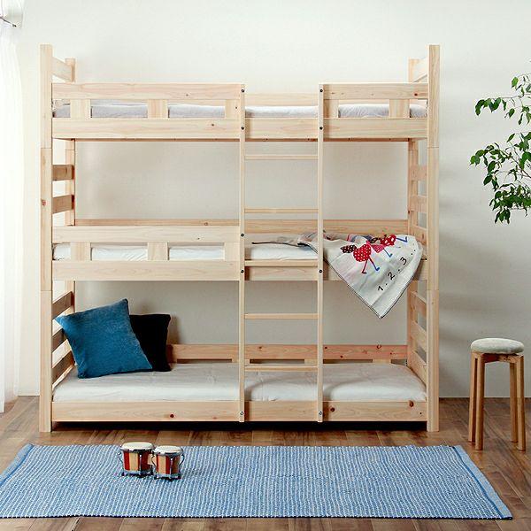 幅も高さもコンパクトな三段ベッド
